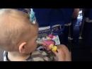 Ребенок в самолете изучает Baby Кубик из серии Шестеренка