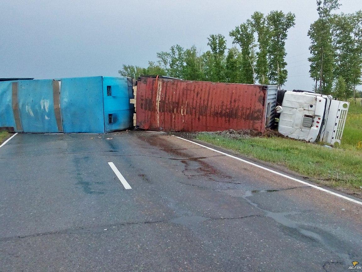 Фото: в Новосибирской области перевернулся груженый «КамАЗ»