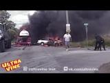 Полицейские вытащили женщину из горящей машины