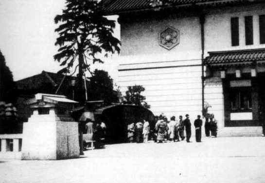 Британский танк Mk.IV возле храма в парке Ясукуни.Токио.1940 год.