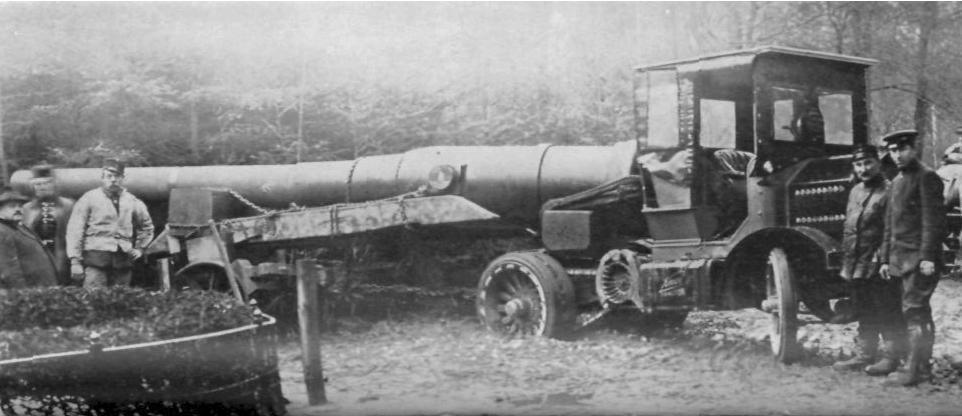 """Американский тягач """"Knox"""", буксирующий платформу со стволом тяжелого орудия."""