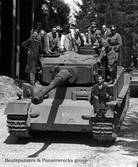 """Альберт Шпеер и группа офицеров Вермахта, во время испытаний танка """"Тигр""""."""