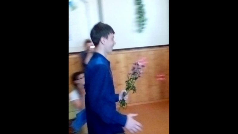 Сын вручает цветок любимому физруку