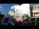 Парад героев любимых мультфильмов в Диснейленде в Париже.