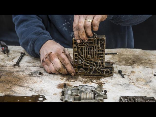 Канал Hagerty выложил в сеть познавательный таймлапс, на котором инженеры-механики перебирают изношенную коробку-автомат Ford Thunderbird и заменяют изношенные детали.