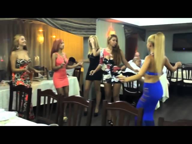 румынки танцуют в ресторане