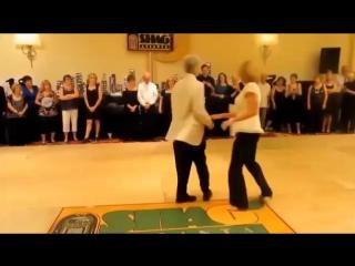 Как они здорово танцуют под песню Виктора Королёва - Хулиганка, ты девчонка, леб