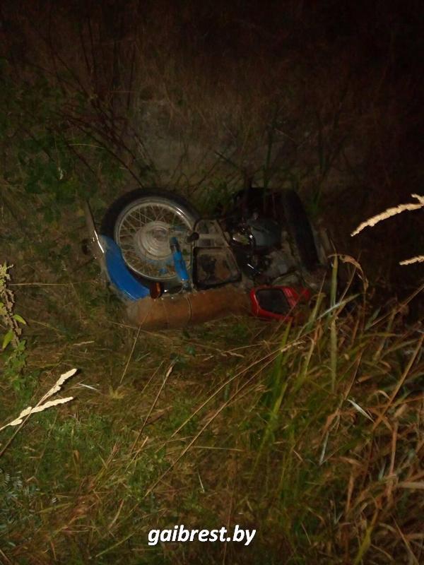 В Кобринском районе пьяный мотоциклист не справился с управлением и вылетел в кювет