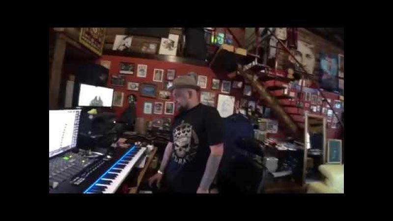 Баста слушает демки T-Killah, в студии на Gazgolder.