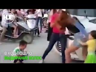 Две мамаши в Китае устроили жесткую драку на парковке
