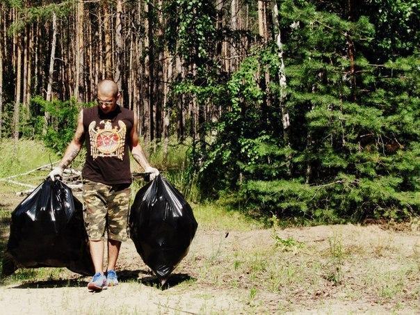 Обычный парень каждую неделю чистит лес от мусора
