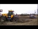 Трактор застрял в грязи работая в поле в грязи.Смотреть видео онлайн.