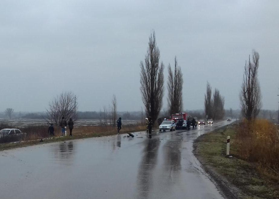 Под Таганрогом столкнулись Lada Granta и Toyota Camry, двое пострадавших