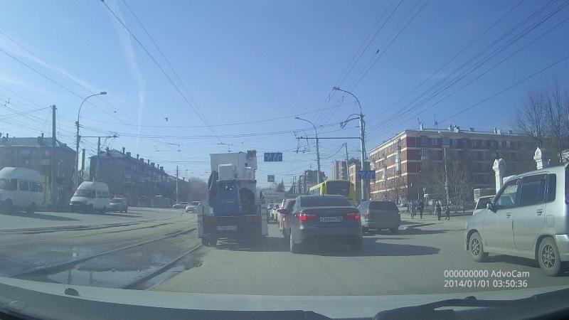 Наглый выезд на полосу встречного движения Маршрутки №13 на ул. Учительская