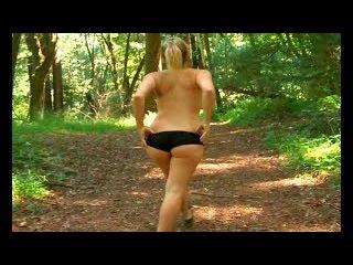 Голая голая девушка бегает по тольятти порно фильмы сквиртинг