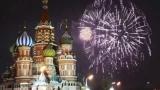 Новогодний салют на Красной площади Московского Кремля.