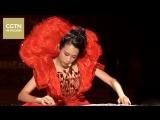 Выступление певицы Мо Вэньвэй (Karen Mok) во время гала-концерта 30 июня в Сянгане