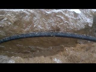 Укладка гильзы кессона на скважину для воду
