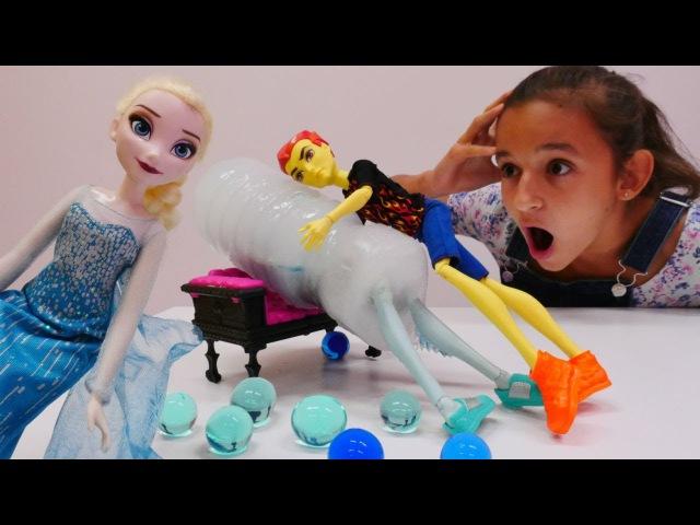 Asu Ella ve monsterhighoyuncakları. Elsa Gil'ı buza dönüştürüyor. eğlencelivideo