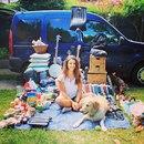 Девушка отреставрировала старый фургон и путешествует по миру вместе со своей собакой.