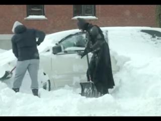 Тёмный рыцарь помогает монреальцам с лопатой в руках