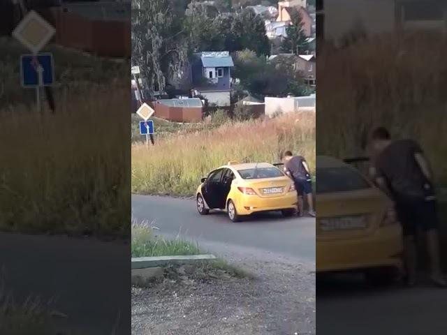 неадекватный таксист выкинул пассажирку из машины!