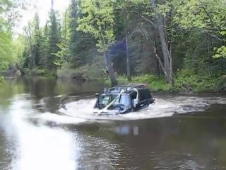 Toyota FJ Cruiser поплыла по реке