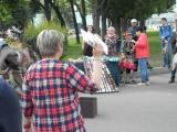 Москва. Не знаю кто это, но своими музыкой и танцами собрали много людей вокруг.