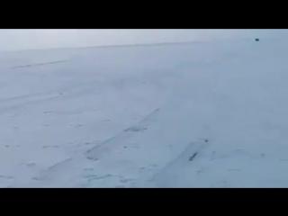 В Якутии микроавтобус ММС Делика перепрыгнул через опасный разлом на льду (видео