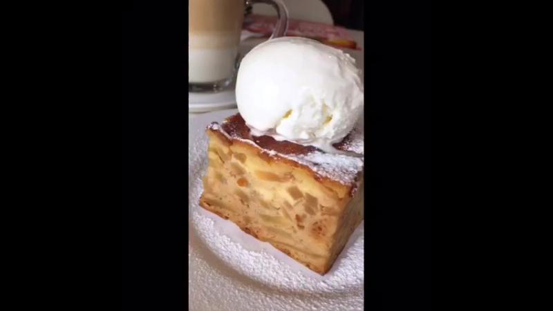 Яблочный пирог с ванильным мороженым от