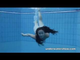 Девушки смотроите и учите плавать!