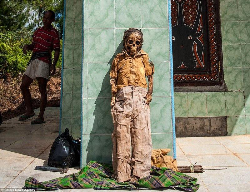Переодевание мертвых в Индонезии