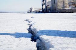 Спасатели предупреждают самарцев, что ходить по льду Волги весной небе