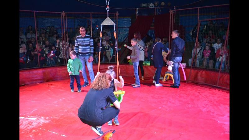 Поля на качелях в цирке
