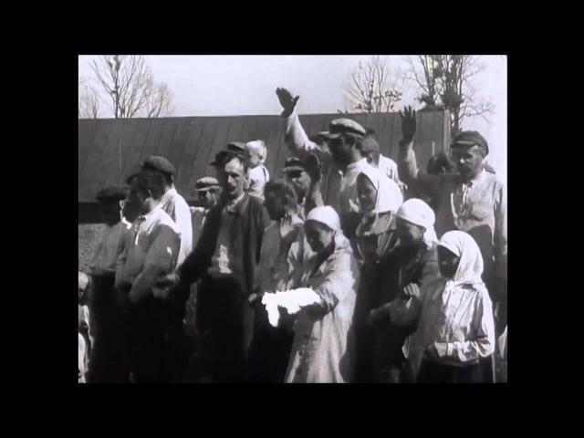 Жители смоленской области встречают немецких солдат хлебом и солью. 1941 год.