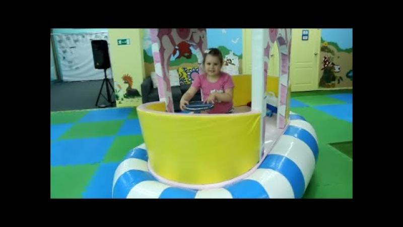 Алиса на детской площадке