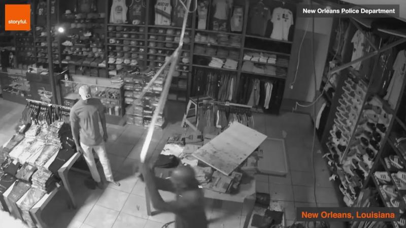 Грабитель залез в магазин через крышу, но не смог вылезти _ США