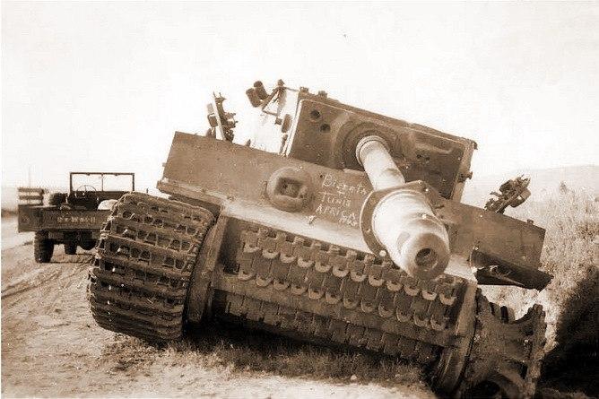Брошенный танк «Тигр» (бортовой № 121) 504-го тяжелого танкового батальона. На лобовом листе брони надпись мелом «Бизерта. Тунис. Африка. 1943»