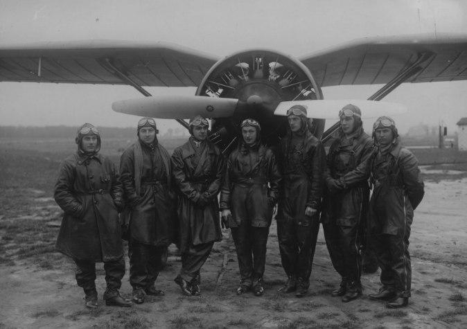Польские летчики-истребители 2-го полка возле истребителя PZL P-7, Краков, 1933 г.