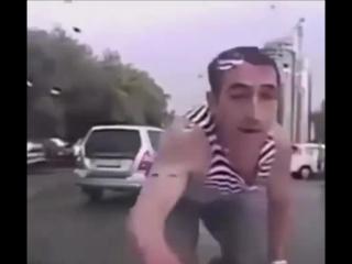Неадекватный ВДВшник до*бался до машины