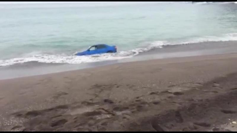 Мужик поставил Субару к морю и начался прилив