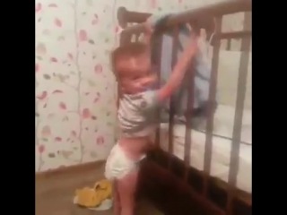 Отнес сестричке одеяло!