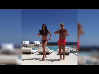 Итальянец 50-летний миллионер Джанлука Вакки и жена танцуют танец тигра _ Gianlu