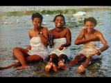 Голые негритянки на стирке. Река Нигер. Работаю в поле