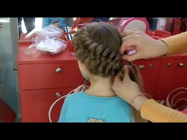 Плетение косичек девочкам. САЛОН КРАСОТЫ Мастер класс. Модные прически. Плетение кос, видео плетение