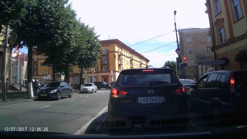 Водитель на Шкоде пересек двойную сплошную и поехал на красный в Смоленске