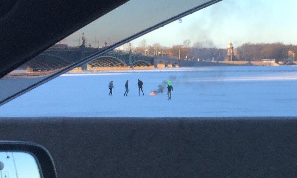 Очевидцы: Десятки петербуржцев вышли на лёд
