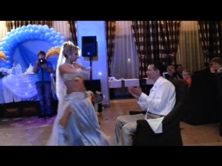 Сюрприз жениху!Это просто невероятно!Очаровательная невеста в роскошном свадебном платье прекрасно танцует на свадьбе!
