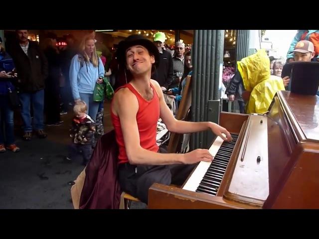 Артистичная игра на пианино под дождем