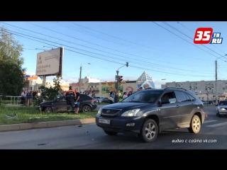 Из-за ДТП в Вологде автомобиль вынесло на тротуар, где он сбил девушку